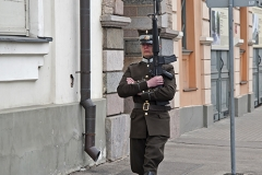 Ryga, wartownik przed siedzibą Prezydenta Łotwy