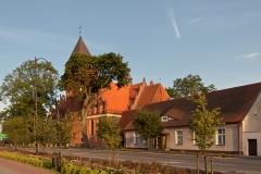 Czersk, kościół pw. Marii Magdaleny, na I planie plebania, najstarszy budynek w Czersku (2012)