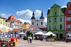 Chojnice, Stary Rynek, w głębi kościół pw. Zwiastowania Najświętszej Maryi Panny (2018)
